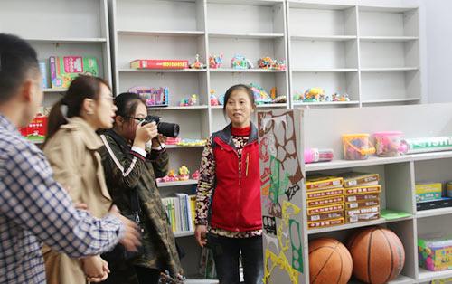 杨妈妈为大家介绍童伴之家为孩子们准备的学习用品和娱乐用品